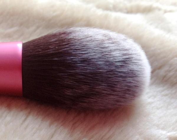 real-techniques-blush-brush-L-3pmjpJ